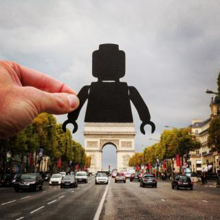 http://lancien.cowblog.fr/images/Photoscomiques3/10217333quandlarcdetriomphedevientunlegogeant.jpg